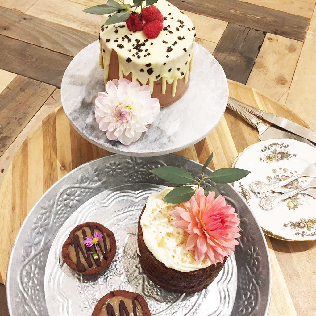 bruidstaart proeverij van bloem op de taart in zutphen